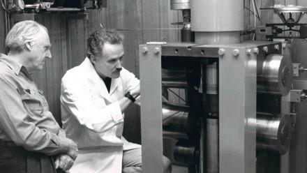 Professor Mervyn Paterson, right, looking at his invention the 'Paterson apparatus' which is still used today. Image courtesy 澳门赌场注册首页 研究 School of Earth Sciences.